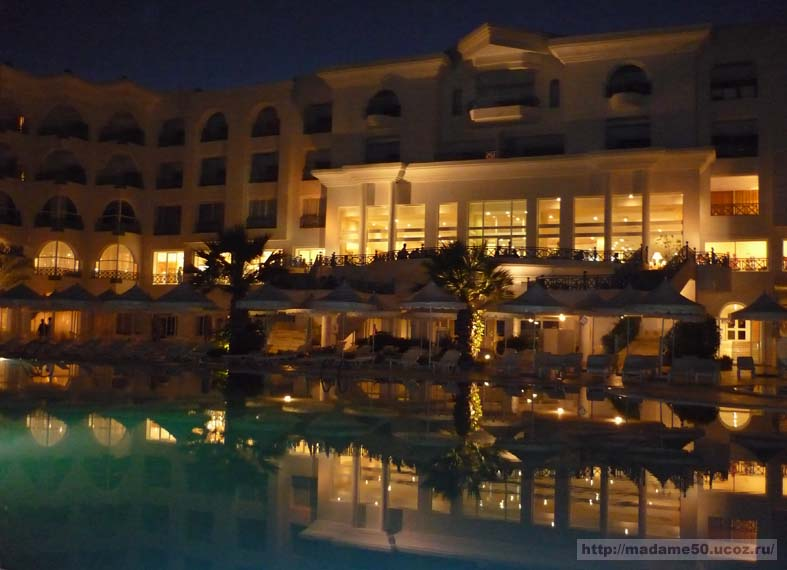 Двор отеля вечером